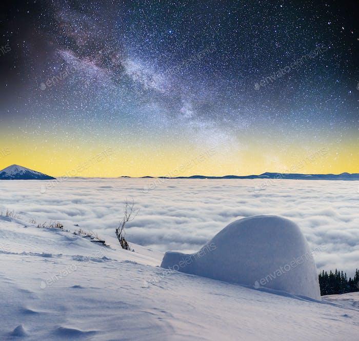 Sternenhimmel und die Milchstraße eine Jurte im Winter Nebel Berge