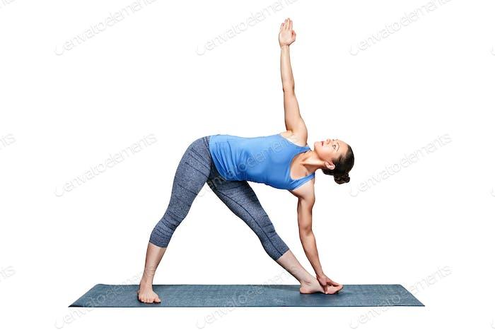 Sportlich fit Frau praktiziert Yoga Asana utthita trikonasana