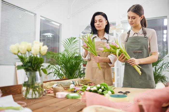 Zwei Frauen im Blumenladen