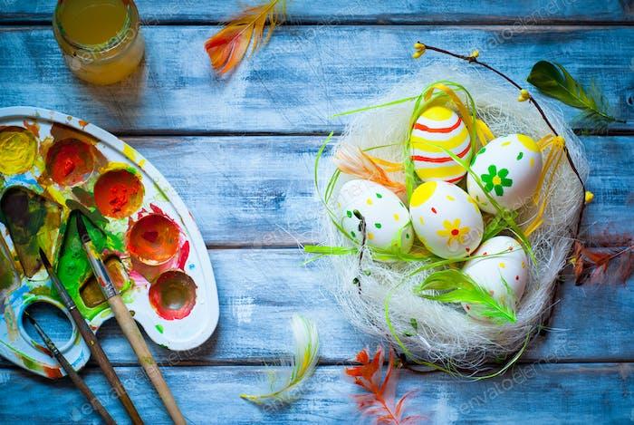 Handgefertigte Ostereier im Nest