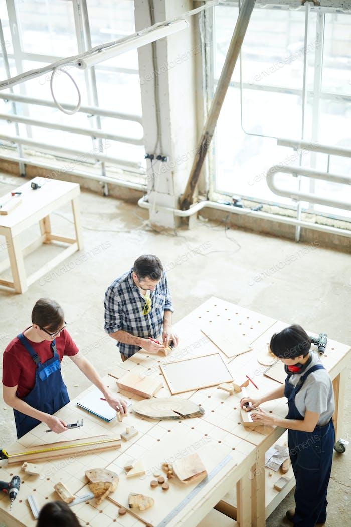 Beschäftigte Tischler produzieren Möbel