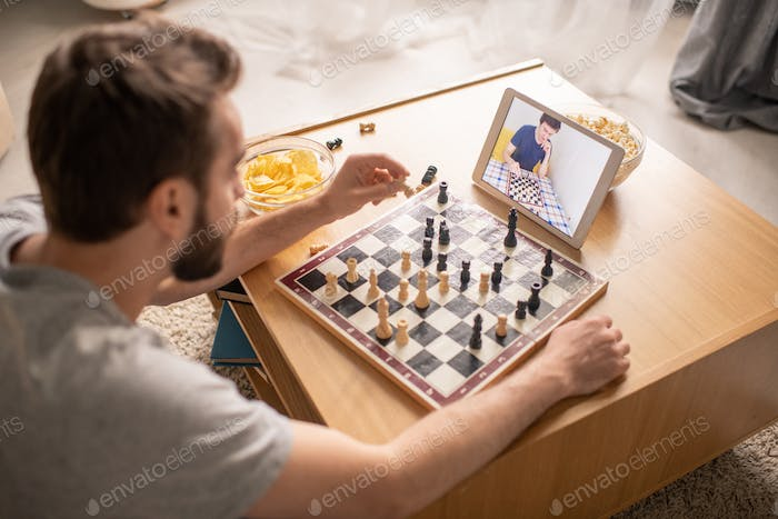 Waiting when competitor making chess move