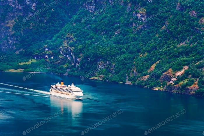 Atemberaubender Blick auf den Sunnylvsfjorden Fjord