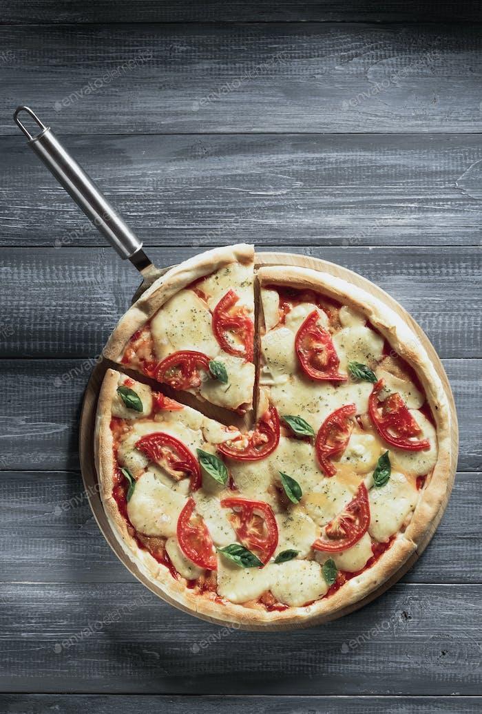 Italienische Pizza auf Holz