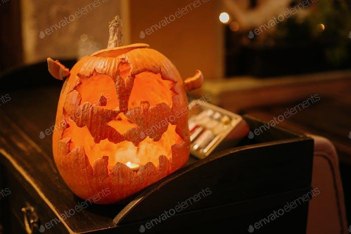 Halloween-Straßendekor mit gruseliger Jack-O'-Laterne