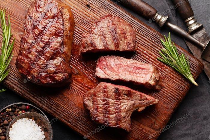 Filetes de carne a la parrilla en tabla de cortar