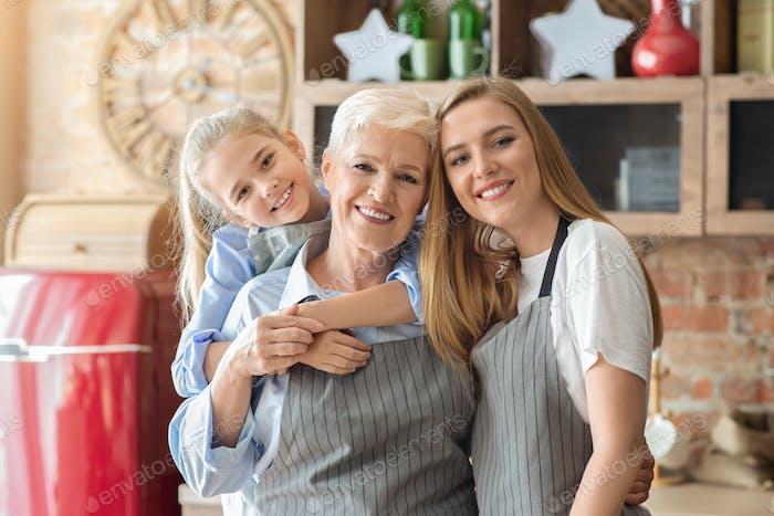 Linda retrato da família feminina sobre fundo da cozinha