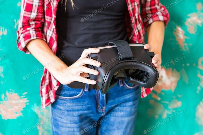 Frau mit Virtual Reality Headset
