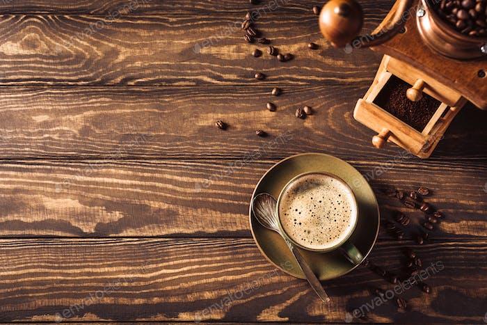 Hintergrund mit Tasse Kaffee und Mühle