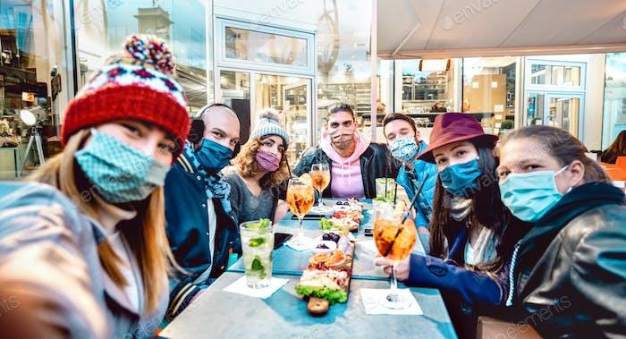 Freunde machen Selfie draußen an der Cocktailbar