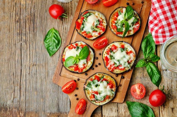 pizza berenjena con tomates y albahaca