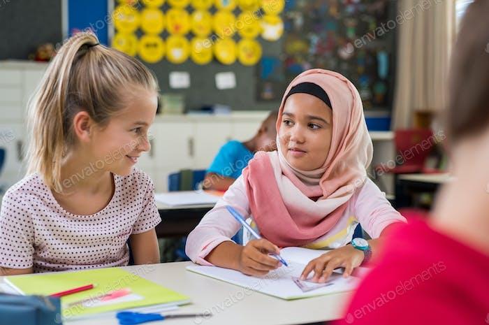 muslimische Mädchen mit Ihr Klassenkamerad