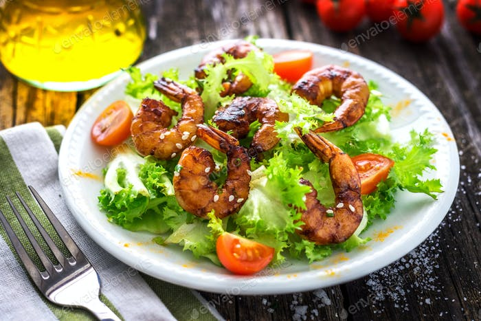 Salad with grilled prawns and cherry tomatoes