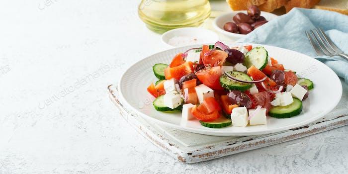Griechischer Dorfsalat Horiatiki mit Feta-Käse, Oliven, Kirschtomate, Gurke und rote Zwiebel