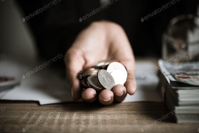 Monedas de plata en las manos