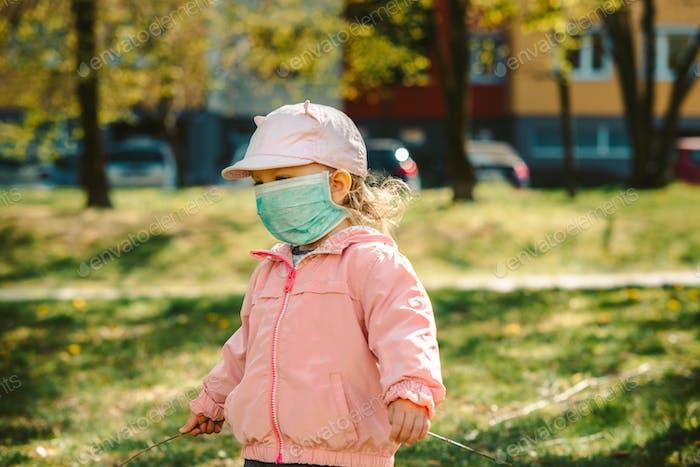 chica joven con máscara al aire libre, covid epidemia