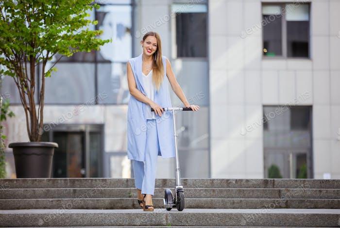 Junge Mode Frau mit Roller Innenstadt