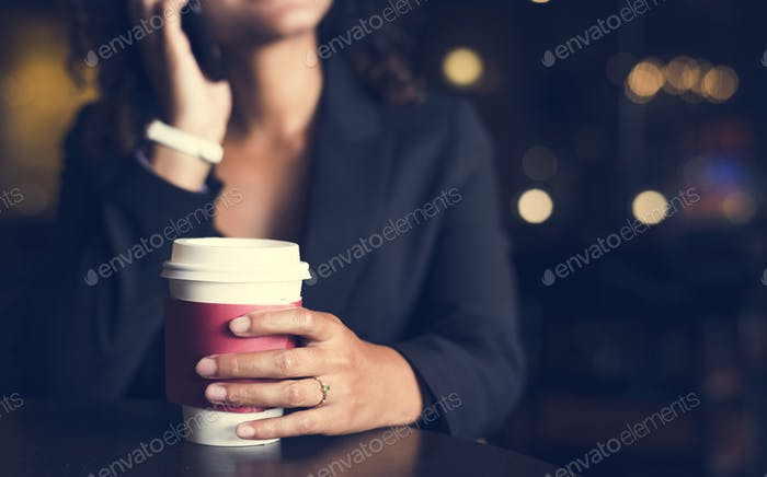 Frau hält eine Tasse Kaffee