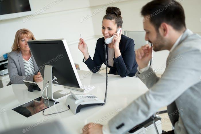 Bild der Zusammenarbeit von Vertretern im Büro