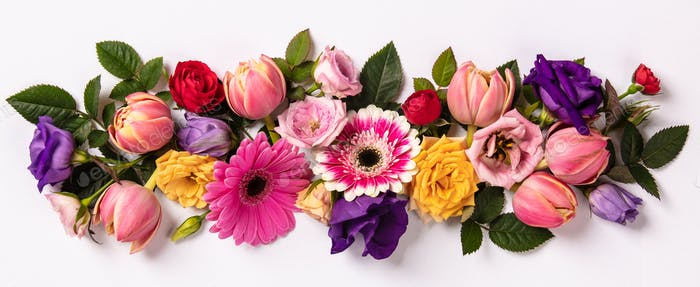 Kreatives Layout mit schönen Blumen auf weißem Hintergrund gemacht.