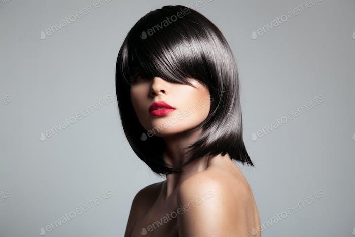 Schöne Brünette Modell mit perfektem glänzendem Haar.