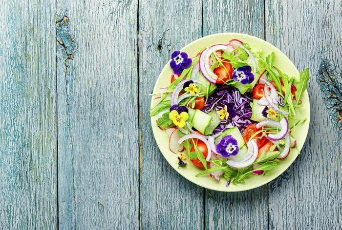 Appetitlicher Frühlingssalat.