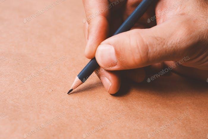 Männliche Illustrator und Skizze Künstler Zeichnung mit Bleistift