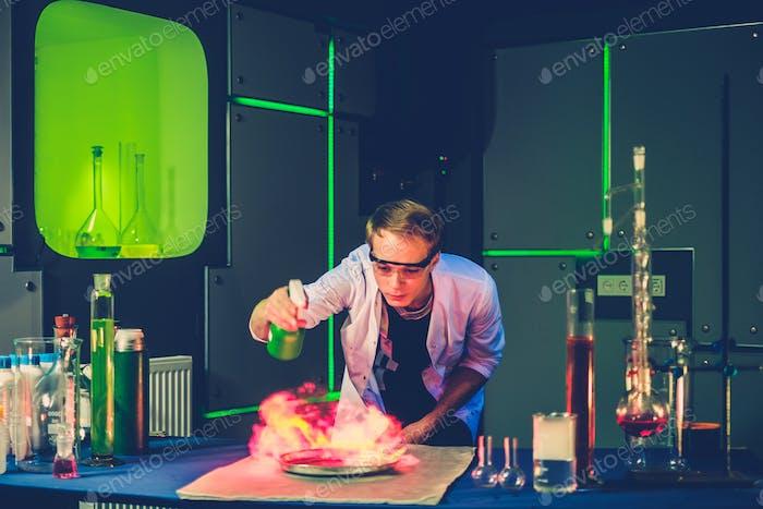 Молодой химик проводит эксперименты в лаборатории