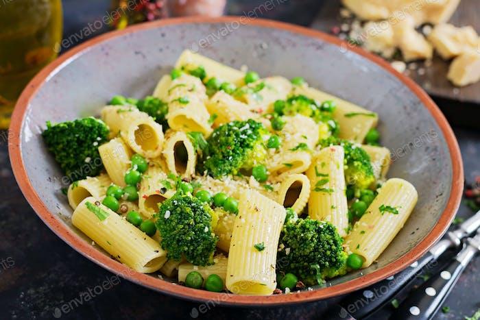 Pasta Rigatoni mit Brokkoli und grünen Erbsen. Vegane Speisekarte. Diätetische