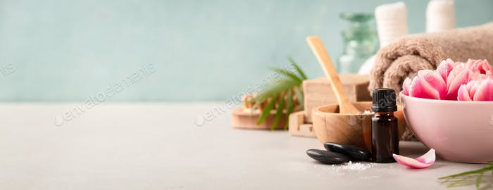 Zubehör für Spa-Behandlungen. Natürliche Inhaltsstoffe und Blumen