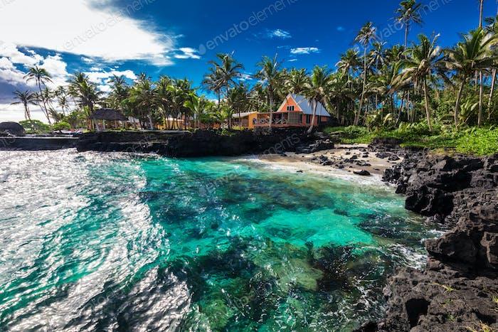 Korallenriff und kleiner Strand mit Palmen auf der Südseite von Upol