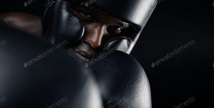 Nahaufnahme der afrikanischen männlichen Boxer Ausübung