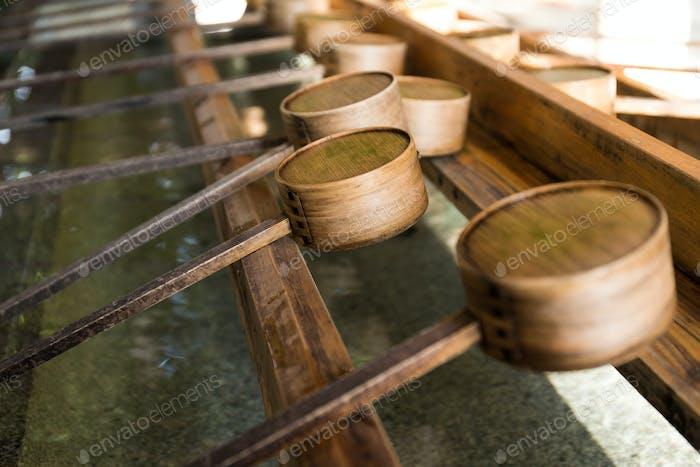 Wasser Bambus Schöpfkelle im japanischen Tempel