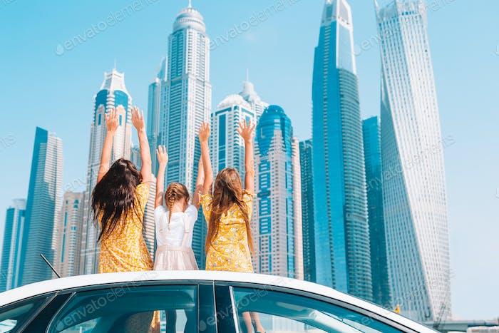 Viaje en coche de verano y familia joven de vacaciones