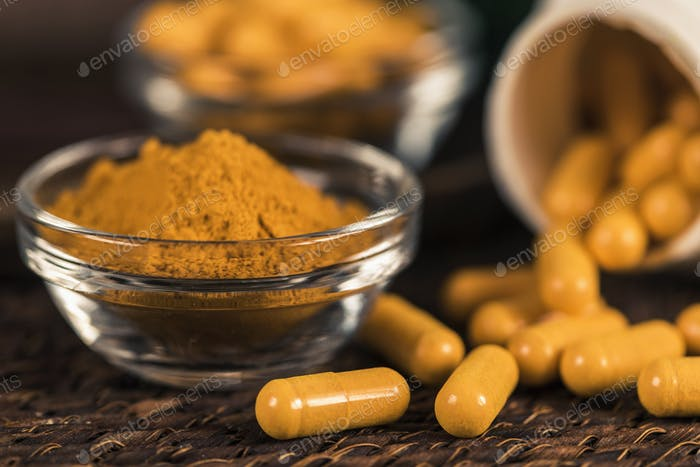 Curcumin Kräuterergänzungsmittel Kapseln und Kurkuma Pulver