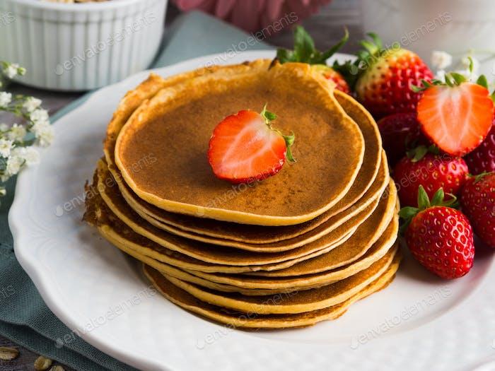 Stapel von Haferflocken Pfannkuchen mit Erdbeeren