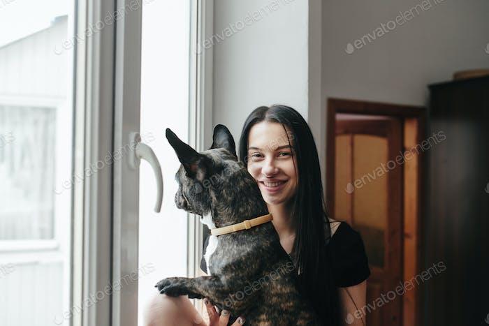 schönes Mädchen mit kleinen Hund