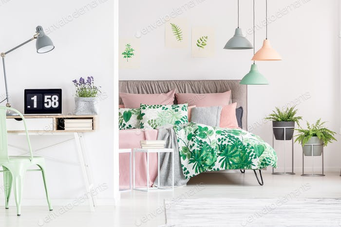 Письменный стол в спальне