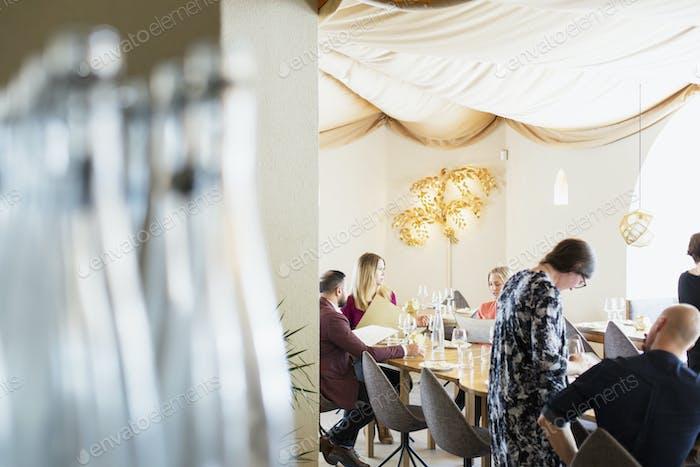 Freunde und Geschäftsleute im libanesischen Restaurant