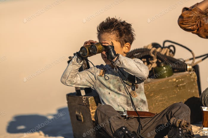 Post-apokalyptischen Krieger Boy im Freien in einem Ödland
