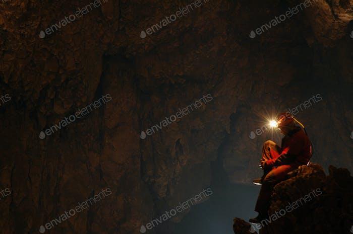 Spelunker ruht in einer Höhle