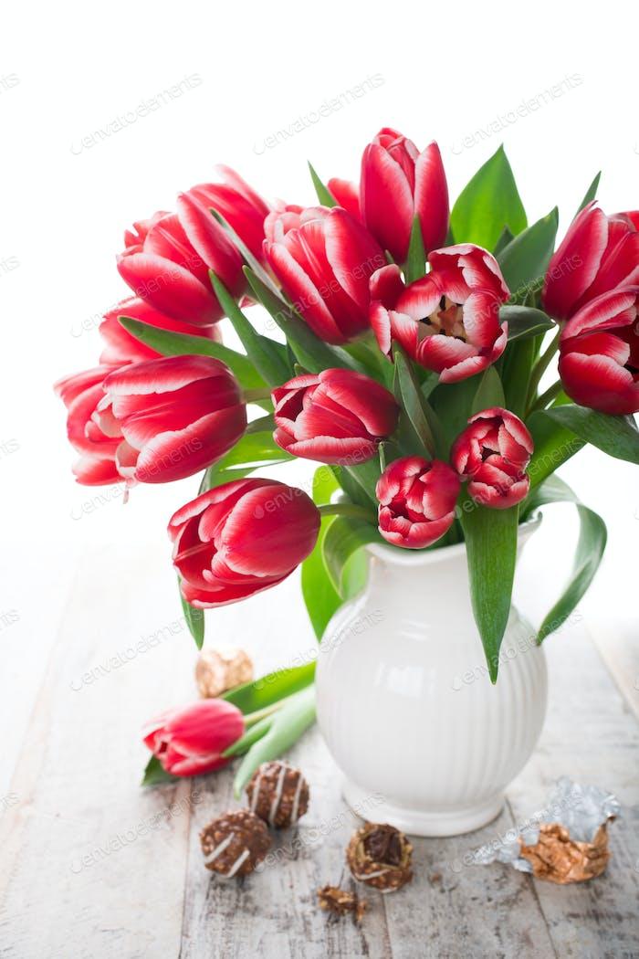 Blumenstrauß rosa Tulpen in Vase auf dem weißen Hintergrund