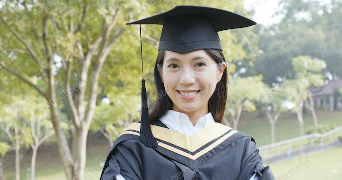 Mujer joven asiática graduación
