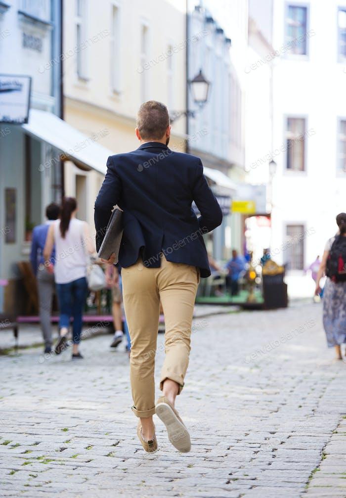 Hipster Geschäftsmann eilt