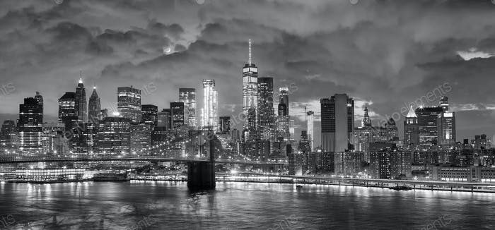 Black and white panoramic picture of New York at night.