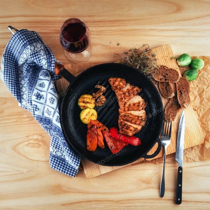 Gegrilltes Gemüse und Hähnchenfilet. Traditionelle Küche. Gril