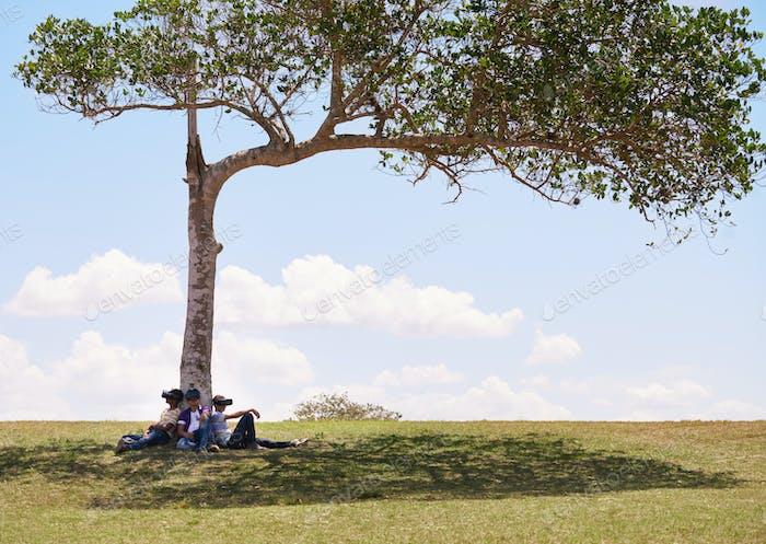 Multiethnische Gruppe von Jugendlichen spielen virtuelle Realität im Park