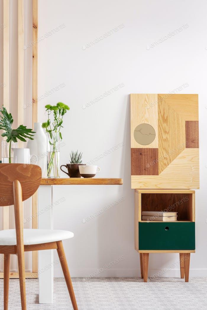 Vertikale Ansicht von Trendy weiß und Holz Esszimmer Design in stilvollen Wohnung