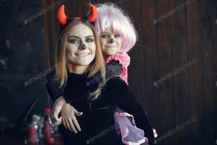 Mutter mit Tochter in einem Halloween-Kostüm und Make-up