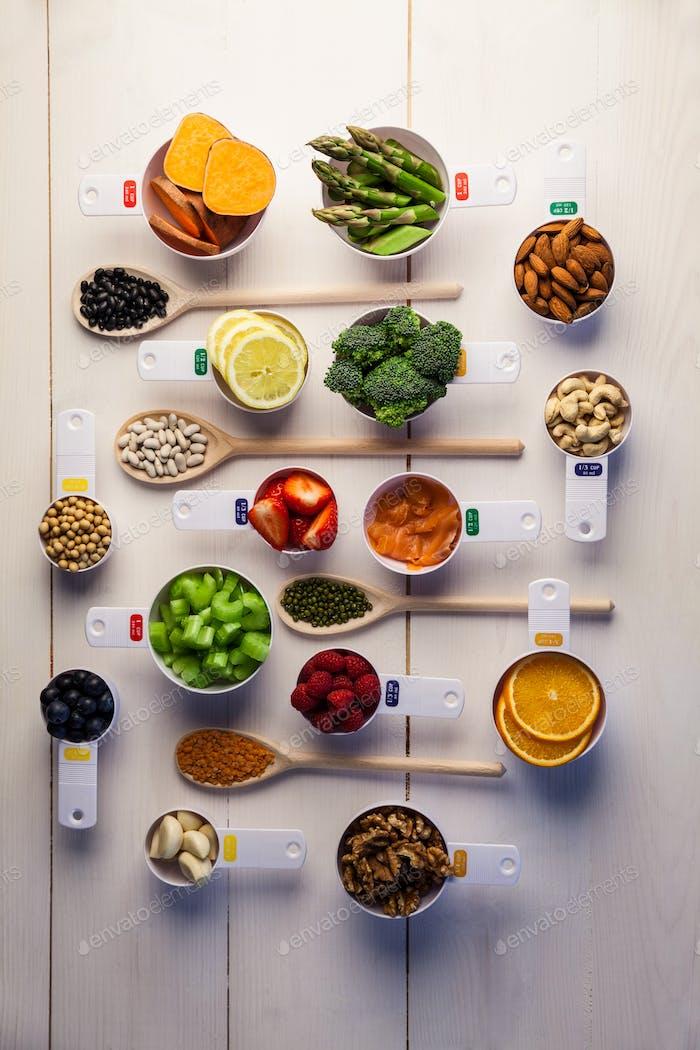 Portion Tassen gesunde Zutaten auf Holztisch